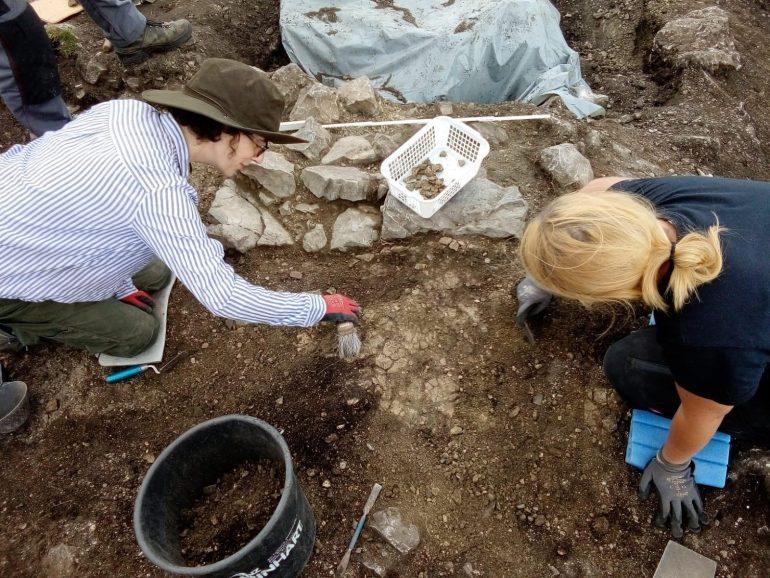 Archäologin und Archäologie bei der Arbeit