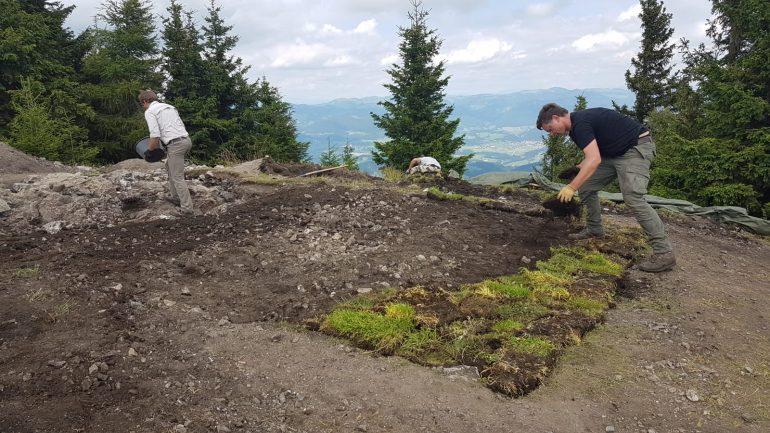 Nach wochenlanger Arbeit wird die Grabungsstelle wieder zugeschüttet, Foto: Levente Horvath
