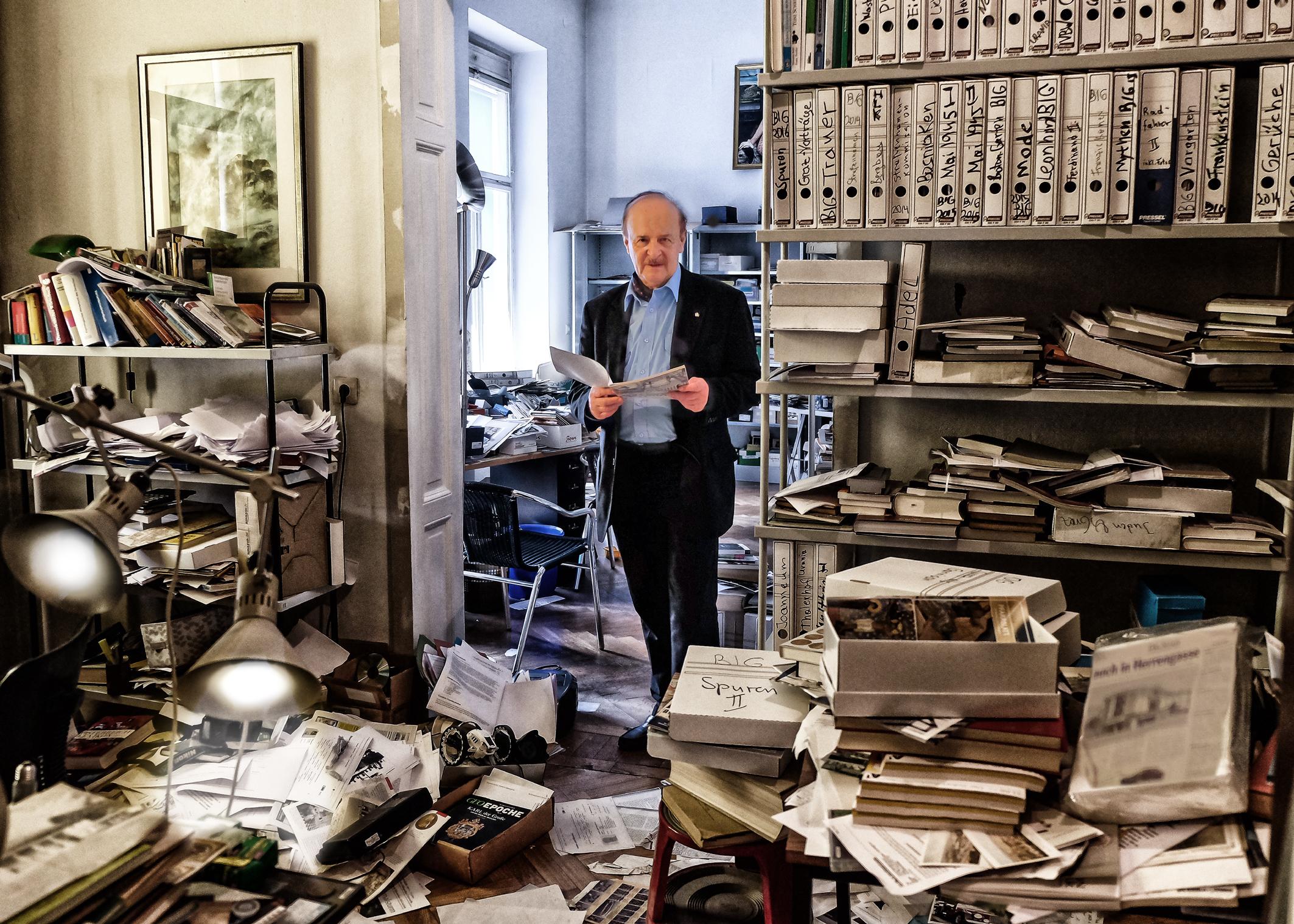 Der Professor Karl A. Kubinzky in seinem Kabinett der Verunordnung, Foto: Langhans Fürstenfeld