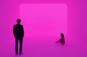 """James Turells """"Ganzfeld Apani"""" 2011: zwei Personen vor pinken Hintergrund"""