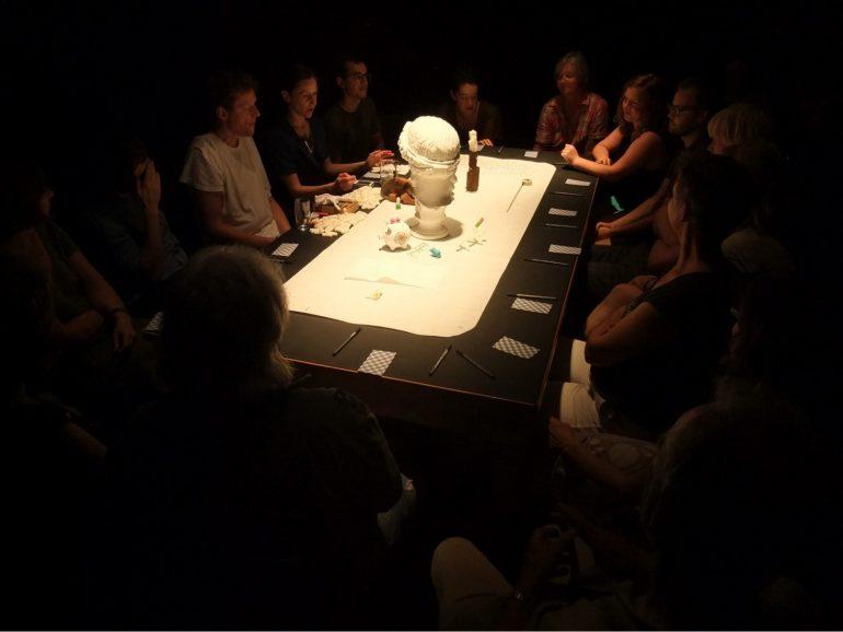 """Menschenrunde um Tisch, """"Seriöse Séance"""", Veranstaltung im Volskundemuseum Wien, 2013"""