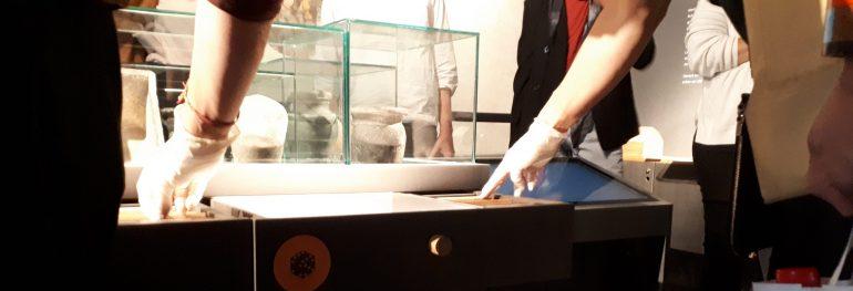 Hands-on-Display im Neidhardt-Festsaal, Hände in Handschuhen arbeiten