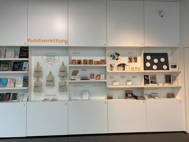 Mitmachsack im Foyer der Neuen Galerie Graz.