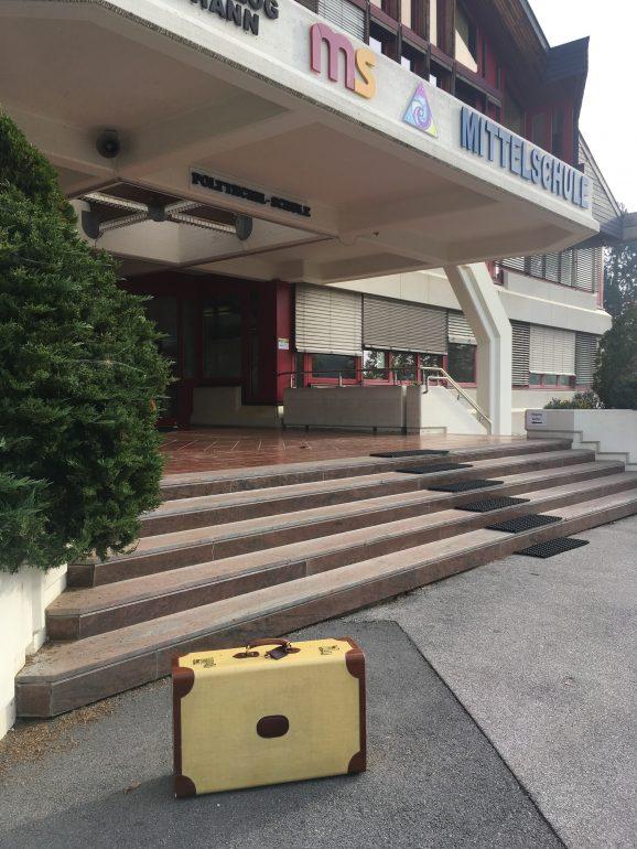 """Der Koffer mit dem """"Museum unterwegs"""" steht vor der MS Eggersdorf"""