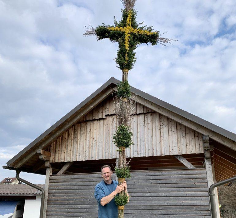 Mann hält einen Riesen-Palmbuschen