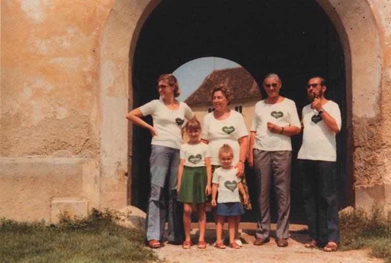 Ein Foto aus den 1970er Jahren, das die Familie Rainer in Steiermark-T-Shirts mit dem grünen Herz zeigt, wird bei der STEIERMARK SCHAU (die neue Landesausstellung) ausgestellt.