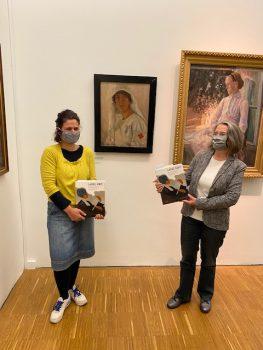 """Kuratorin Gudrun Danzer und Monika Holzer-Kernbichler in der Ausstellung """"Ladies First"""" in der Neuen Galerie Graz."""