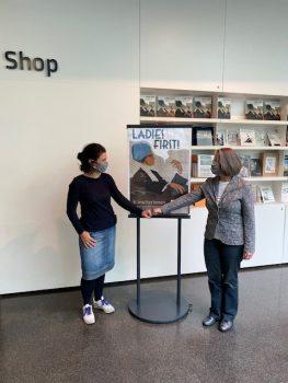 """Kuratorin Gudrun Danzer und Monika Holzer-Kernbichler vor einem Plakat zu """"Ladies First"""" in der Neuen Galerie Graz."""