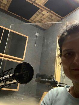 Monika Holzer-Kernbichler vor einem Mikrofon mit dem sie den Podcast Ladies First! aufnimmt.