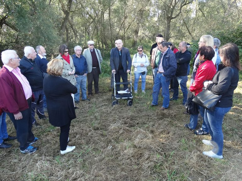 Leopold Toifl, der wissenschaftliche Leiter im Landeszeughaus führt eine Gruppe Menschen durch einen Wald in Mogerdorf