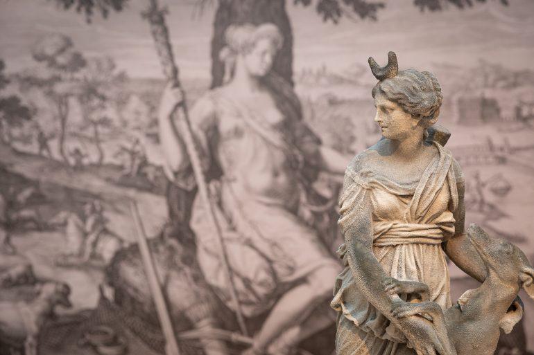 """Eine Statue aus der Ausstellung """"Die Jagd ist weiblich"""" im Jagdmuseum Schloss Stainz."""