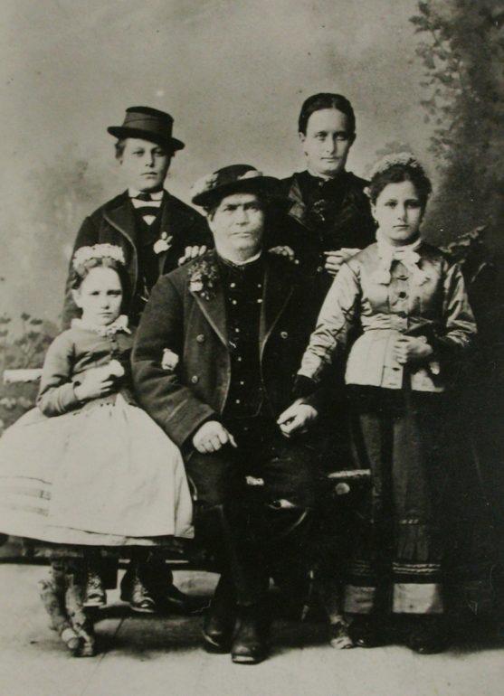 Ferdinand Pfeffer aus Strettweg im Kreis seiner Familie, um 1870. Foto: Repro von S. v. Bosio (Judenburg), um 1950. Quelle: Privatbesitz.