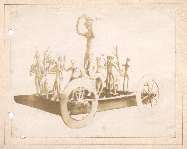 Der Zustand des Kultwagens von Strettweg nach seiner Erstmontage durch Mathias Robitsch, Fotograf unbekannt, Salzpapierabzug (Kalotypie) auf Karton, vermutlich Ende 1852. Quelle: UMJ, AArchMk, Fotoarchiv.