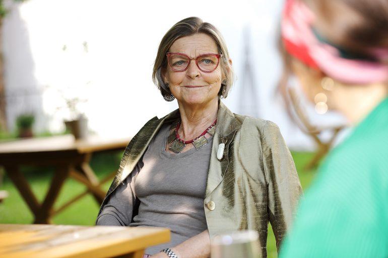 Gabriele Wolf beim Interview mit Rebecca Gahr im Gastgarten des Café Grün im Volkskundemuseum Graz