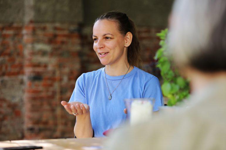 Elisabeth Schlögl beim Gespräch mit Rebecca Gahr im Gastgarten des Café Grün im Volkskundemuseum Graz