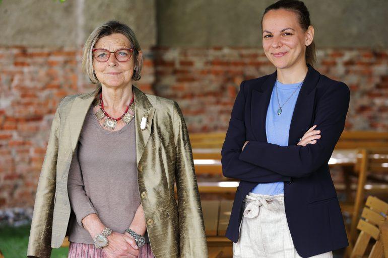 Elisabeth Schlögl und Gabriele Wolf zusammen im Gastgarten des Café Grün im Grazer Volkskundemuseum