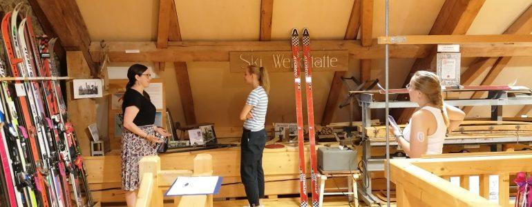 Tiffani Felser, Elisabeth Schlögl und Lena Langmann im ersten Obergeschoss des Wintersportmuseums