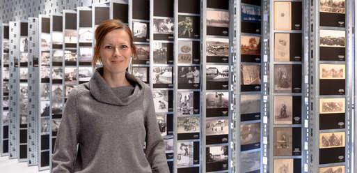 """Kuratorin Maria Froihofer in der Ausstellung """"Foto Film Ton"""","""