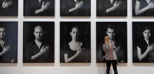 """Ausstellungsansicht, """"Shirin Neshat. Frauen in Gesellschaft"""","""