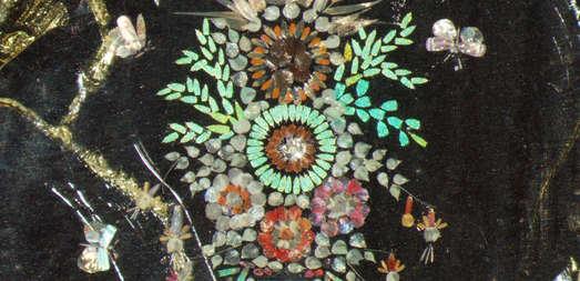 arrangierte Schmetterlingsschuppen und Kieselalgen in Form einer Vase mit Blumen und fliegenden Insekten, Hersteller Eduard Thum, Leipzig (1847-1926)