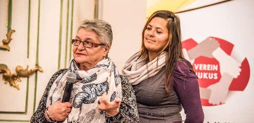 Die beiden Zeitzeuginnen Divna Stanković und Nina Krasnić bei der Eröffnung,