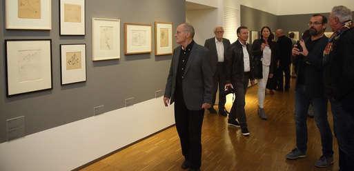 """Günter Brus in der Ausstellung """"Wie mit dem Skalpell"""","""
