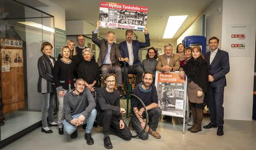 Alexia Getzinger (kaufmännische GF UMJ) und Jürgen Roth (Vizepräsident WKÖ) mit den Teams des Volkskundemuseums und der WKO Steiermark, Foto: Helmut Lunghammer/WKO
