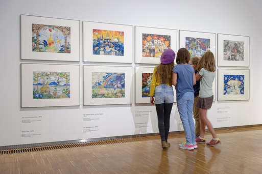 """Junge Besucher/innen in der Ausstellung """"Schneckenhaus und Glitzerstein"""","""