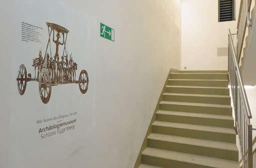 """Siebdruck des """"Strettweger Kultwagen"""" aus dem Archäologiemuseum,"""