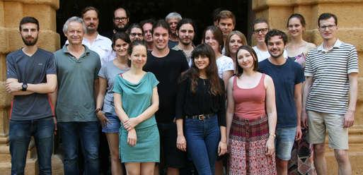 """Gruppenfoto, Die Teilnehmer/innen und Organisatoren der Summer School """"Neue Wege in das Altertum"""","""