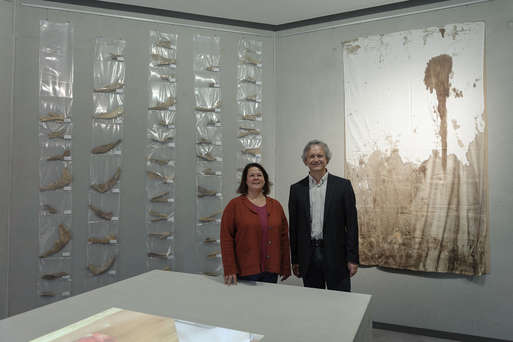 Ausstellungskuratorin Barbara Porod mit dem Leiter der Abteilung Archäologie Karl Peitler,