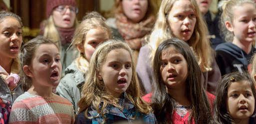 Mädchen im Chor bei den Hirten- und Krippenliedern,
